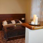łóżko dwuosobowe w hotelu irena